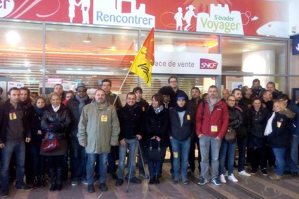 Une partie des salariés grévistes devant les guichets de la gare de Perrache