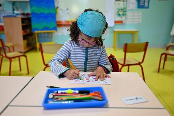 Une élève de l'école Champ l'Evêque à Bruz, de retour en classe, en plein dessin