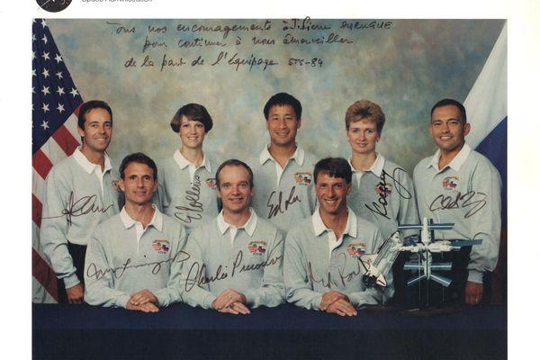 Photo dédicacée par l'équipage STS-84, avec qui les oeufs ont été embarqués.