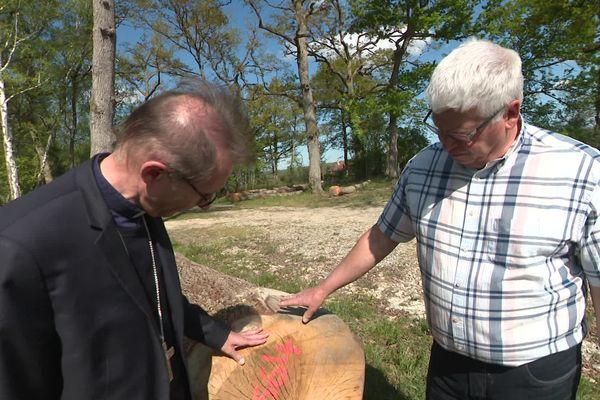 L'évêque de Lourdes (Hautes-Pyrénées) est venu bénir les arbres avant leur départ pour le chantier de Notre-Dame de Paris