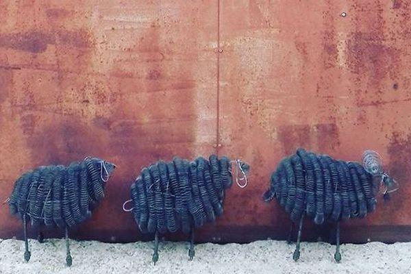 Alexia Carmona fabrique des elfes, des lutins, des lustres mais aussi des moutons à partir de fils de fer récupérés chez les viticulteurs de la région.