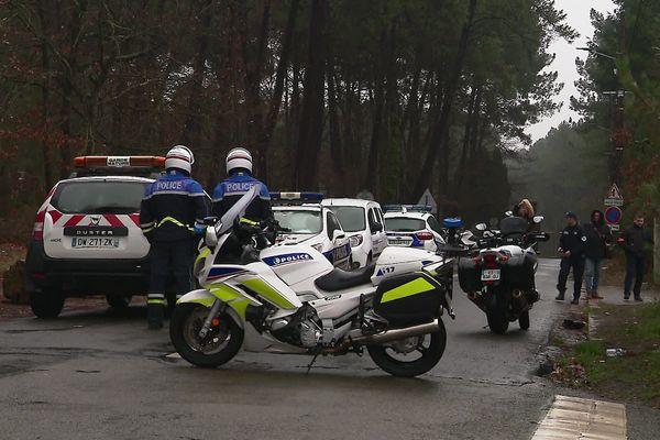 Un cordon de police bloque le chemin aux bœufs en périphérie du Mans. Les premiers relevés sont effectués par les enquêteurs à proximité du lieu du drame.