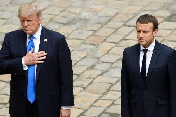 Emmanuel Macron reçoit Donald Trump aux Invalides, le 13 juillet 2017, à Paris.