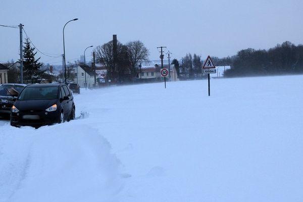 Une route coupée près d'Aire-sur-la-Lys ce mardi matin, à cause des congères.