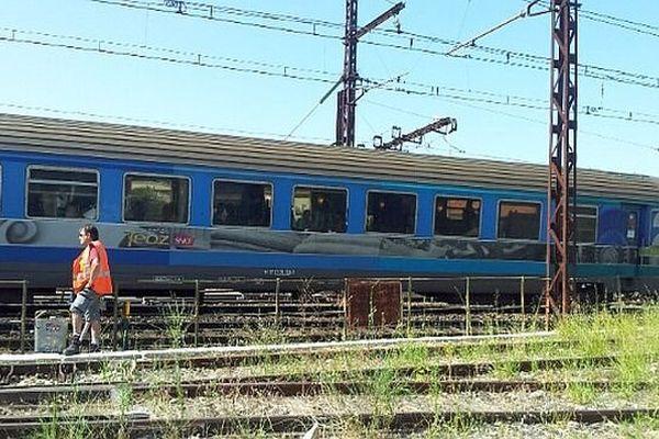 Le train Intercités 4659 qui a percuté une personne à Nîmes stationne après son arrêt d'urgence- 18 juillet 2014.