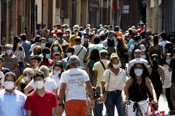 Pour faire face à la quatrième vague, l'obligation du port du masque est de retour dans plusieurs départements d'Occitanie, comme ici à Toulouse (illustration).
