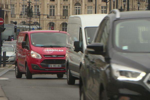 La nouvelle équipe municipale compte réduire considérablement la place de la voiture à Bordeaux en créant des voies cyclables express et en renforçant les transports en commun