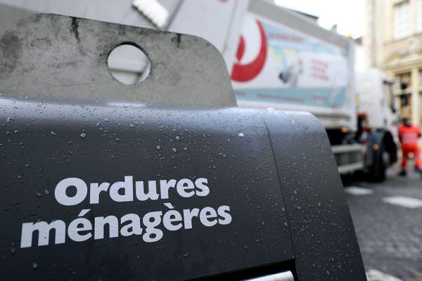 Un collecteur d'ordures ménagères en centre-ville