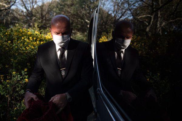 07.04.2020. Un employé des pompes funèbres lors d'un enterrement au cimetière d'Aix-en-Provence d'une victime du Covid 19.