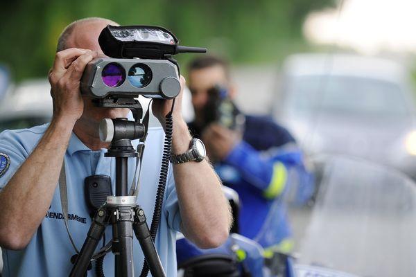 Les gendarmes du peloton motorisé de Montmarault, dans l'Allier, ont surpris deux automobilistes en train de faire la course sur l'autoroute A 71, dimanche 2 juillet. Au volant de leur Porsche Panamera et Ford Mustang, les deux conducteurs ont été contrôlés à 234 km/h.