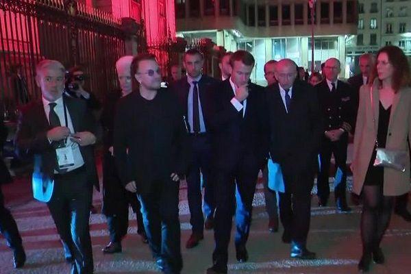 A la sortie de l'Hôtel de Ville de Lyon, le président Macron va déambuler en presqu'île et remonter la rue de la République, en compagnie du maire Gérard Collomb et du chanteur du groupe irlandais U2, Bono. 9/10/19
