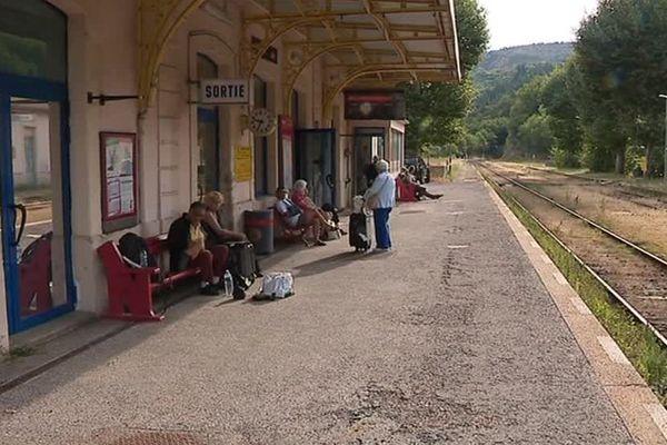 Aujourd'hui menacée, la ligne de train parcourt les Cévennes depuis plus de 150 ans - août 2017
