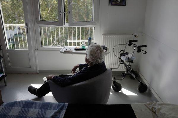 Coronavirus : personne âgée confinée dans une maison de retraite