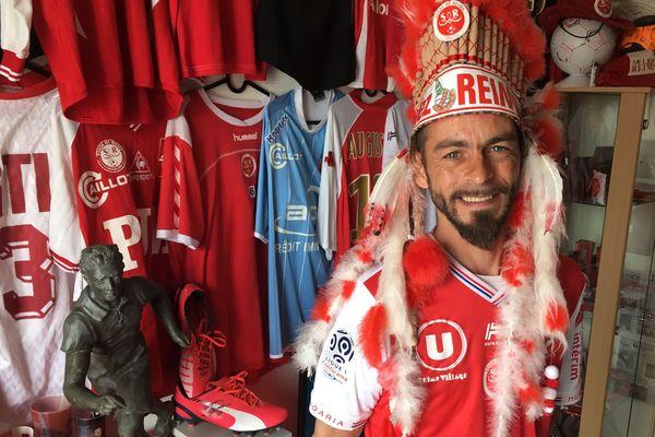 Dans son salon, Rodrigue a réuni près de 800 objets en rapport avec le Stade de Reims.