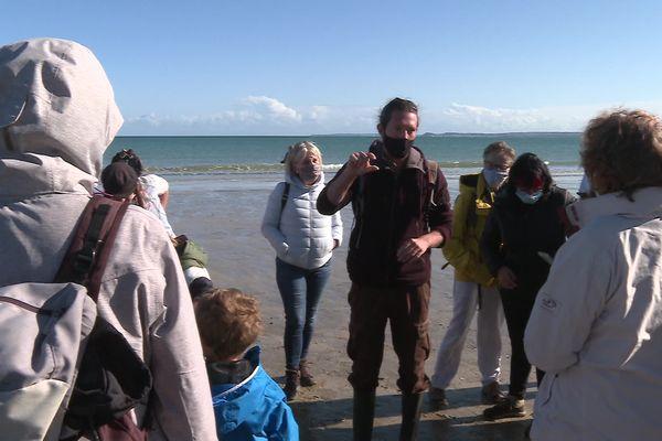 Florian Bargat, animateur et naturaliste pour le Festival Baie des Sciences, livre les secrets des coquillages et autres petites bêtes de la baie de Saint-Brieuc (Côtes-d'Armor).