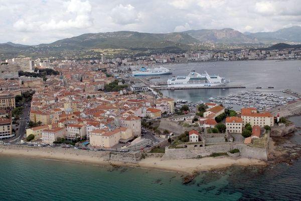 Ajaccio est la plus grande ville de Corse. Elle est une cible de choix pour les candidats aux élections municipales.