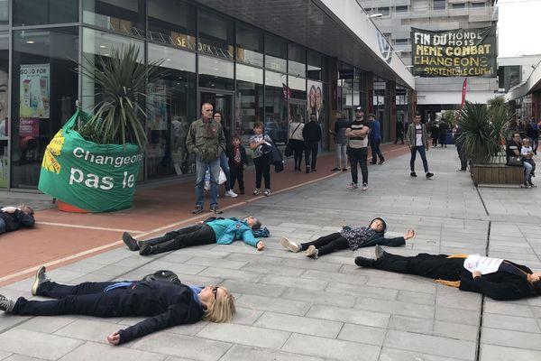 Des militants du collectif Extinction Rébellion se sont allongés devant un centre commercial de Saint-Nazaire pour sensibiliser la population face à l'urgence climatique.