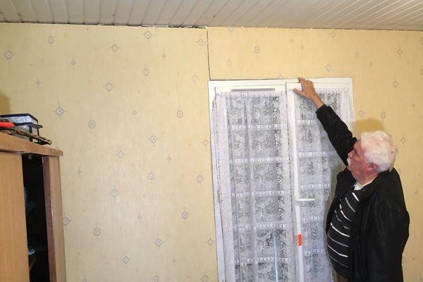 Cette fenêtre ne ferme plus : les battants sont décalés de près de 2 cm.