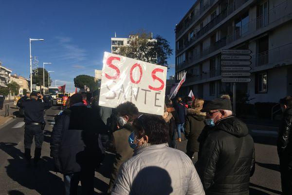 Une centaine de personnels médico-sociaux a défilé ce jeudi matin à Perpignan