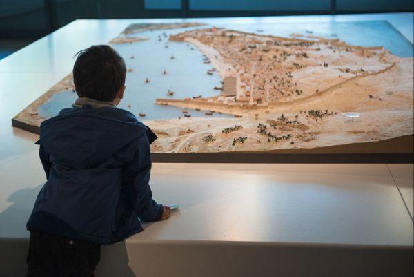 En parallèle de l'exposition Terre ! Escales mythiques en Méditerranée, les plus jeunes peuvent participer à des atelier ludiques autour de l'histoire antique et des voyages héroïques.