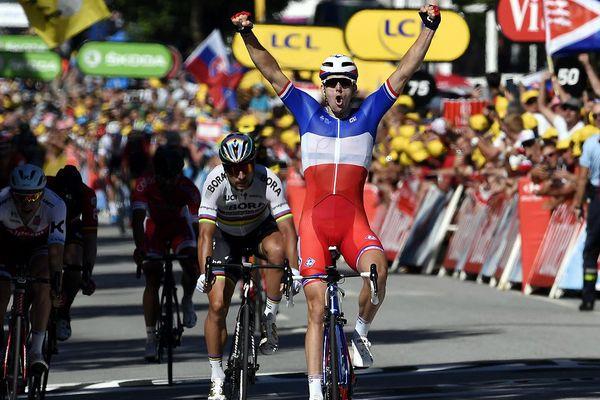 Le français Arnaud Demare remporte l'arrivée de la 4ème étape au sprint entre Mondorf-lès-Bains et Vittel devant Peter Sagan, le 4 juillet 2017.