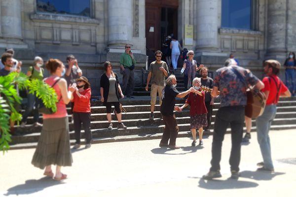 Une vingtaine de personnes rassemblée devant le Palais de Justice de Tulle, en soutien au chanteur militant.