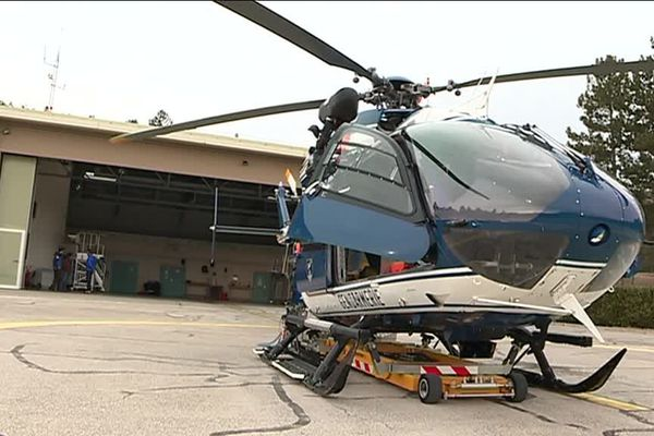 L'hélicoptère du peloton de gendarmerie de haute montagne toujours prêt à décoller.