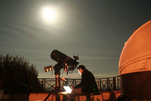 """L'astronome amateur Michel Boutet sur le """"Balcon des étoiles"""" dans le village de Latrape"""