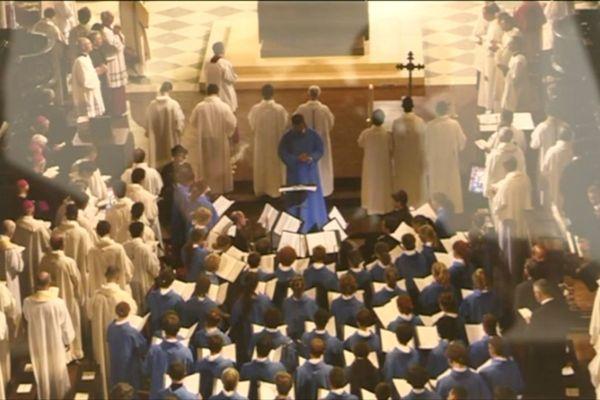 Les chanteurs de la Maîtrise de Notre-Dame, en aube bleue, ont grandit, pour la plupart, au coeur de la cathédrale. Ils y ont répété durant des heures et des heures et donné de nombreux concerts.