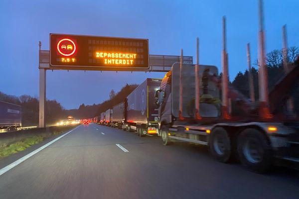 Des centaines de camions stockés sur l'autoroute A2O sur plusieurs kilomètres