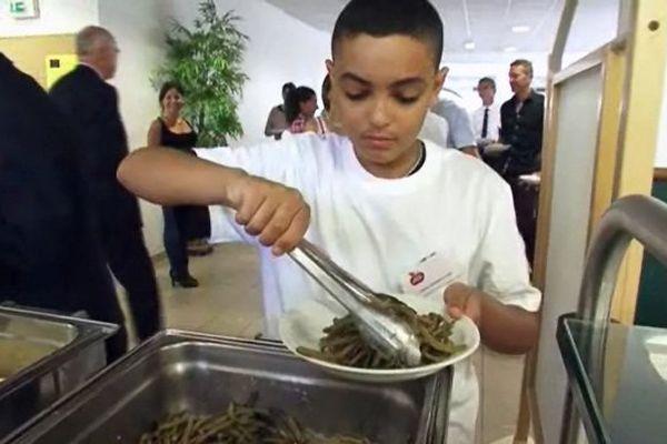 Dans le self participatif, les élèves choisissent leur menu et les quantités qu'ils souhaitent manger.