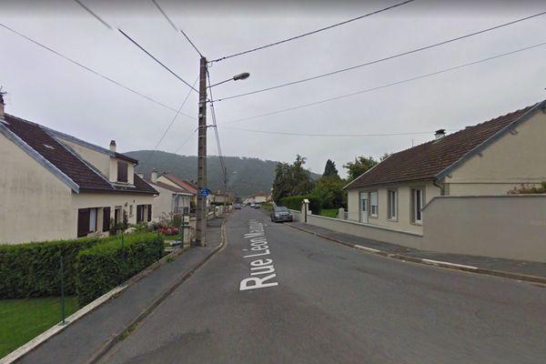 C'est dans cette rue de Revin, rue Léon Mauguière, que l'incendie s'est déclaré ce lundi.