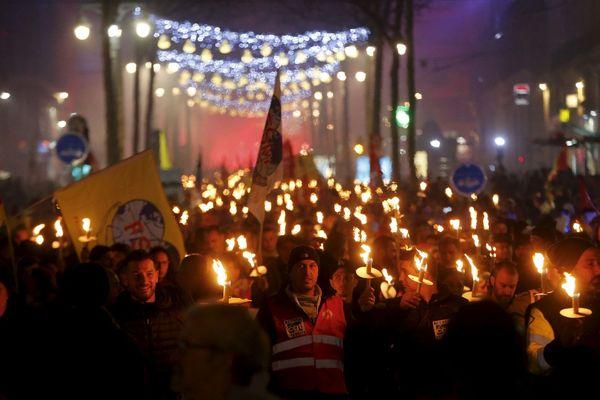 Descente aux flambeaux contre la réforme des retraites, à l'appel de la CGT, sur la Canebière à Marseille
