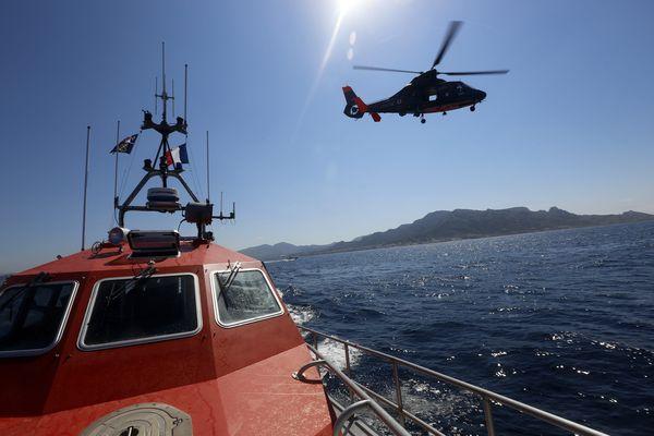 Un hélicoptère de la Marine Nationale et une vedette de la SNSM en exercice