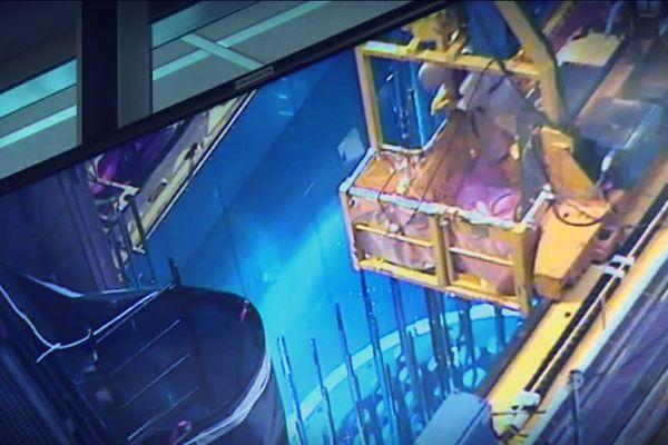 Dans une centrale nucléaire, la piscine avec les crayons de combustible en déchargement