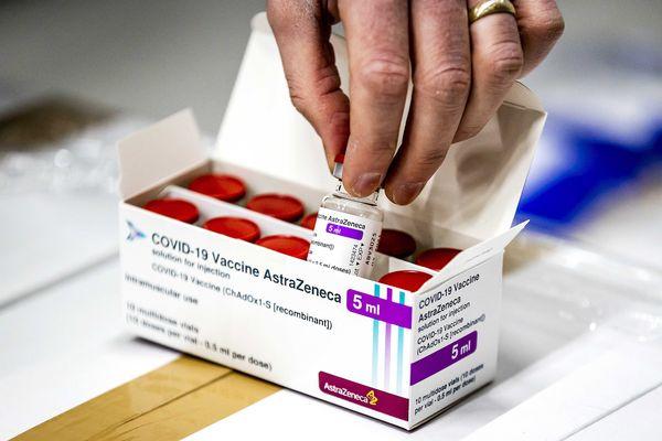 En France, à l'inverse d'autres pays de l'Union Européenne, l'Astrazeneca est toujours autorisé, mais les doses se font attendre.