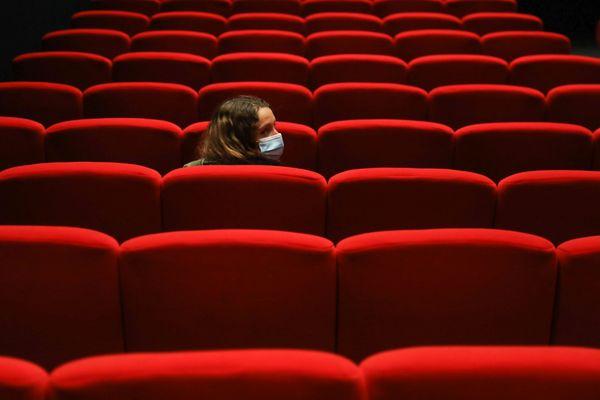 Les salles de cinéma, qui n'avaient pas retrouvé leur fréquentation habituelle cet été, restent fermés 3 semaines de plus.