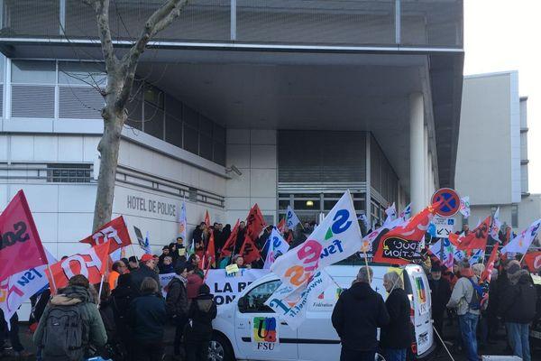 Pour la deuxième fois en quinze jours, mardi 11 février, à Clermont-Ferrand, une manifestation de soutien à des syndicalistes a été organisée devant le commissariat.