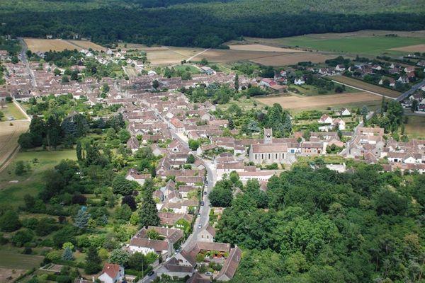 Situé à 7 kms de Nemours et 15 kms de Fontainebleau, Villiers-sous-Grez est un village clairière du massif forestier de Fontainebleau et plus précisément du Bois de la Commanderie.