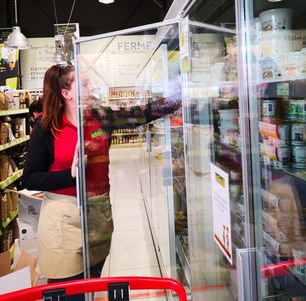 Dans le magasin, beaucoup moins de clients que d'habitude, mais les vendeuses s'activent pour assembler les commandes passées en ligne.