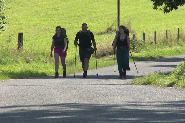 Des pèlerins sur le chemin de Saint-Jacques-de-Compostelle, près de Conques dans l'Aveyron