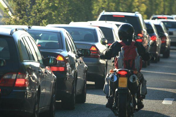 La circulation inter-files en cas d'embouteillage est expérimentée en France à partir du 2 août dans 21 départements. Dans le reste du pays, elle reste théoriquement interdite.