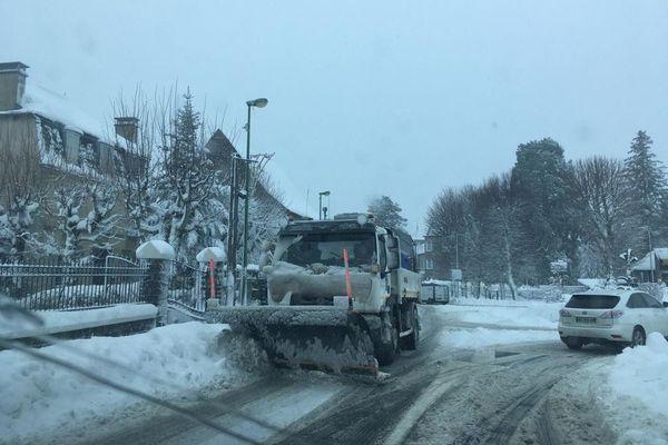 Un véhicule de déneigement en action autour de Laguiole (Aveyron)