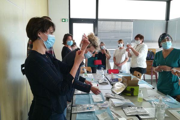 Pour jeter le moins de liquide possible, les infirmiers libéraux de Plougastel-Daoulas préparent leurs seringues ensemble avant de se déplacer à domicile.