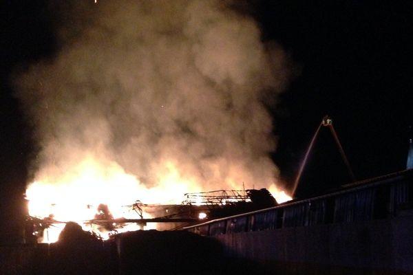 12 000 tonnes de fourrage ont brûlé dans l'incendie de ce bâtiment agricole