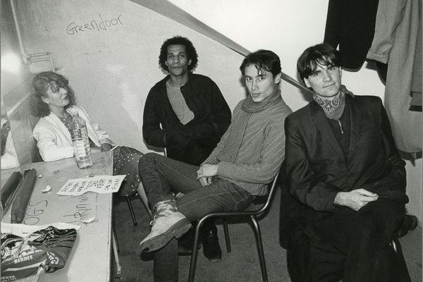 Moment de détente avant de jouer aux Trans Musicales en 1982. José Tamarin au centre, entouré par Claude Gorofal (à gauche) qui intégrera le groupe Complot Bronswick. A droite, Daniel Chenevez.