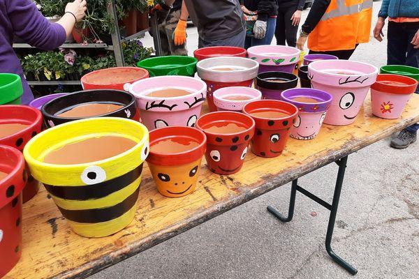 En plus des fleurs et plants, les pots décorés pas les enfants ont ajouté de la couleur à cette journée de solidarité.