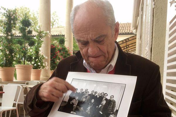 Marc Combier montre une photo de groupe avec Pierre Tchernia (Marc Combier, à la Maison des Vins de Mâcon, le 8 octobre 2016)