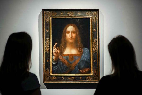 Des employées de Christie's posent devant le tableau Salvator Mundi de l'Italien Leonardo da Vinci à Londres, le 22 octobre 2017