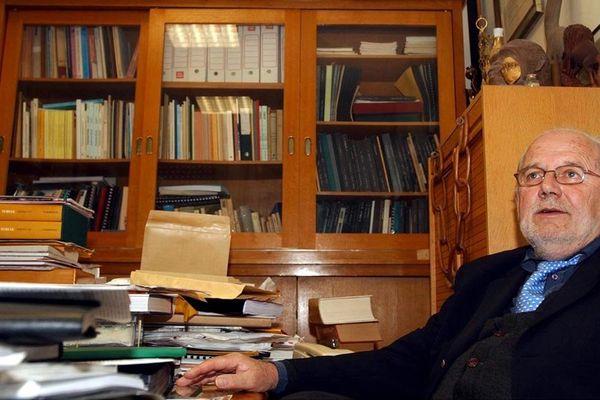 Michel Brunet, dans son bureau poitevin, en 2004.